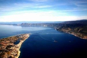 Ripresa aerea dello Stretto tratta da http://www.reporternuovo.it