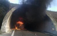 A2 Salerno-Reggio Calabria mezzo pesante in fiamme, traffico limitato